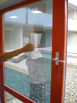 Folie noch einmal mit Fensterabzieher und Küchenrolle reinigen